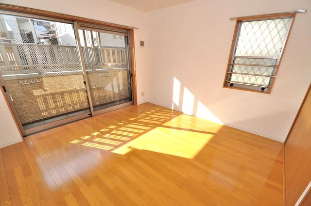 フレンテ田中 白を基調としたリビングはお部屋の中がとても明るいですよ。