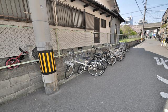 ロイヤルシード小阪 敷地内には専用の駐輪スペースもあります。