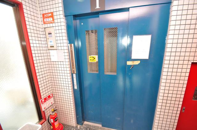 コスモタウン中川西 エレベーター付き。これで重たい荷物があっても安心ですね。