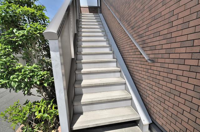 Calm Maison(カーム メゾン) 2階に伸びていく階段。この建物にはなくてはならないものです。