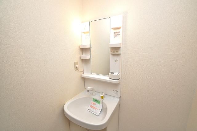 アンプルールフェールU-HA 人気の独立洗面所にはうれしいシャンプードレッサー完備です。