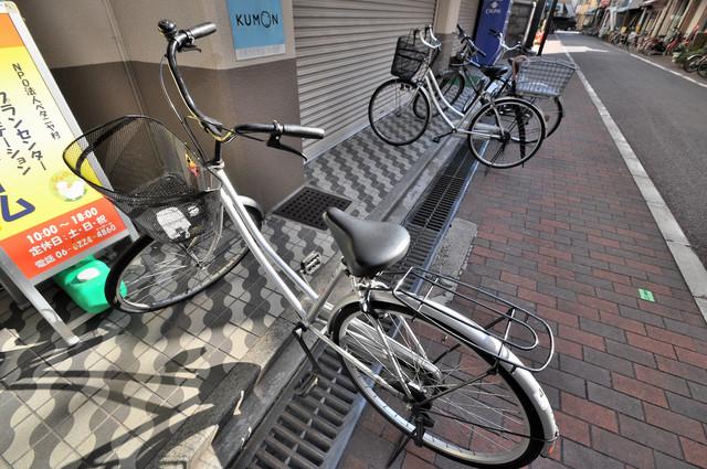 小阪ビル 駐輪場が敷地内にあります。愛車を安心して置いておけますね。