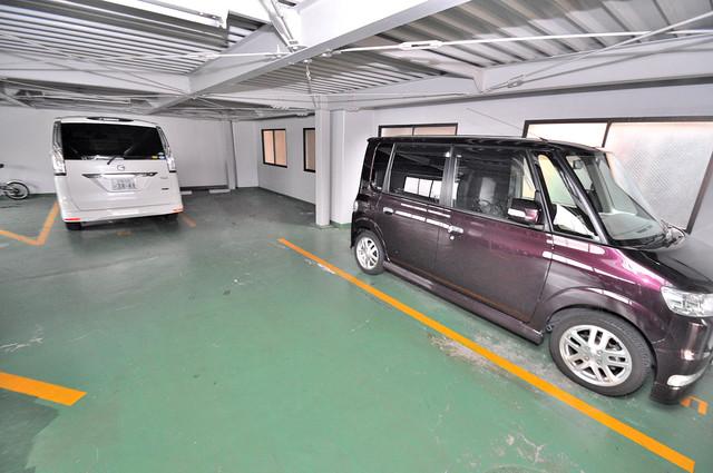 シャトーパシフィック 1階には駐車場があります。屋根付きは嬉しいですね。