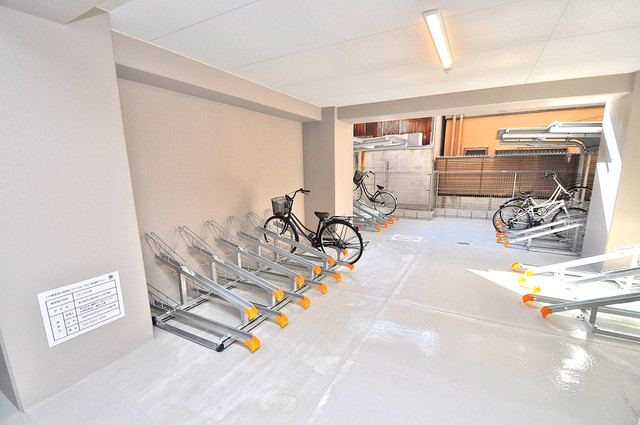 プレシオ小阪 1階には駐輪場があります。屋内なので、雨の日も安心ですね。