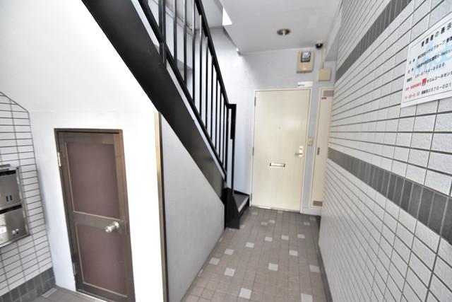 マキノマンション 玄関まで伸びる廊下がきれいに片づけられています。