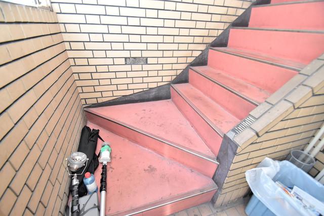 ロイヤルシャトー雅 この階段を登った先にあなたの新生活が待っていますよ。