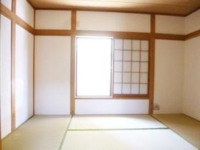 日当たりの良い6.0帖の和室です☆