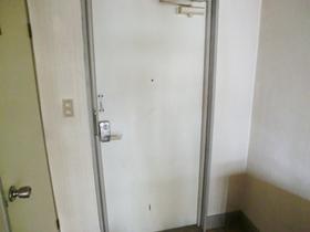 ドアスコープ付いております。