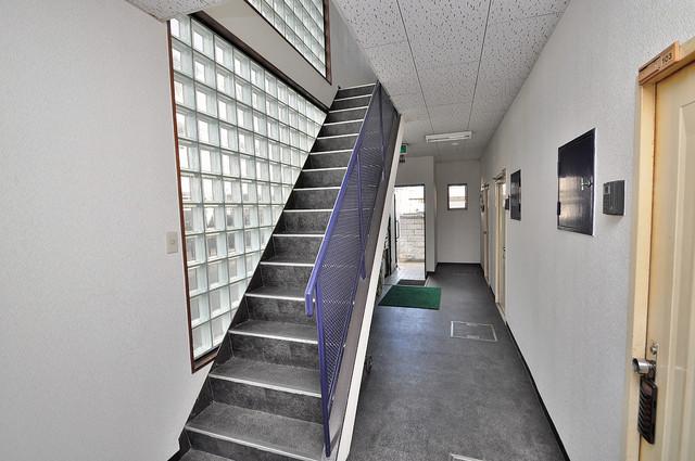 太陽マンション この階段を登った先にあなたの新生活が待っていますよ。