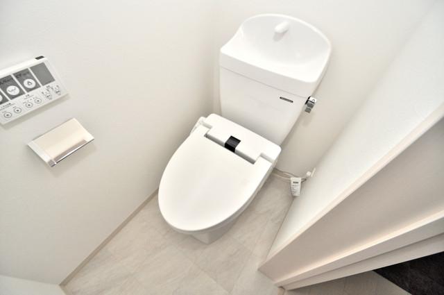 E maison 巽東 清潔感のある爽やかなトイレ。誰もがリラックスできる空間です。