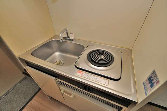 サニーマンション 電気コンロ付きのキッチンはお手入れが楽チンですよ。