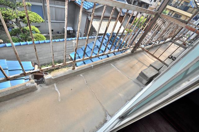 若江本町4-8-40貸家 広いバルコニーは陽当りが良く、近くに緑もある心地よい空間です。