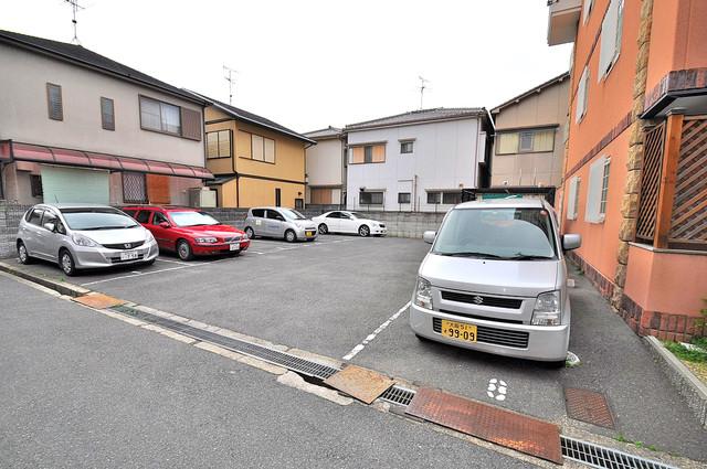 マジェスタ八戸ノ里 敷地内にある駐車場。愛車が目の届く所に置けると安心ですよね。