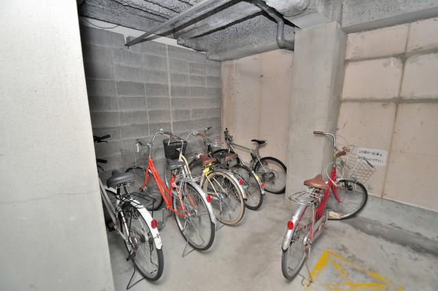 センチュリーロイヤル小阪 屋内にある駐輪場は大切な自転車を雨から守ってくれます。
