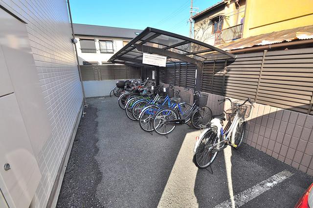 エステートピアナカタC棟 屋根付きの駐輪場は大切な自転車を雨から守ってくれます。