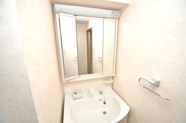 TSカーサプリモ 独立した洗面所には洗濯機置場もあり、脱衣場も広めです。