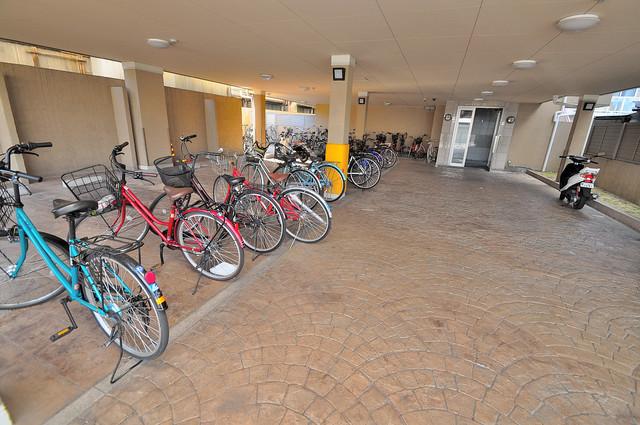 セレブ上小阪 屋内にある駐輪場は大切な自転車を雨から守ってくれます。
