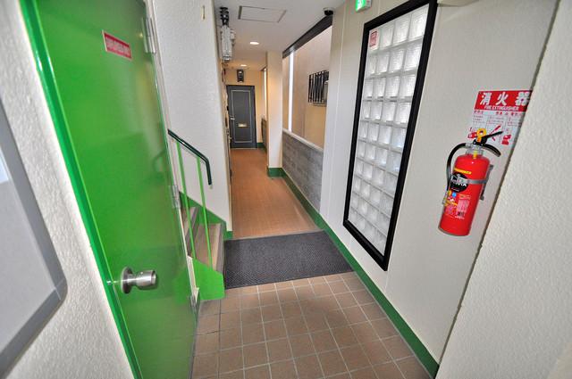 エバーグリーン布施 玄関まで伸びる廊下がきれいに片づけられています。