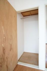出窓がある洋室の収納。