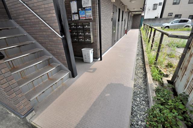 アンプルールフェールヴァンクール 玄関まで伸びる廊下がきれいに片づけられています。
