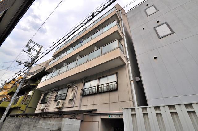 ライラック小阪 閑静な住宅地にある、落ちついた色合いのキレイな建物です。