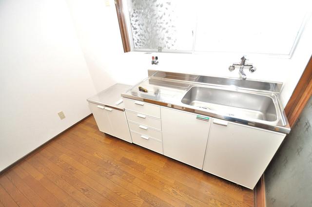 冨永コーポ 落ち着いた色合いのキッチン。使い勝手も良いです。