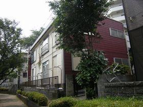 えんじ色の壁が特徴のアパートです。
