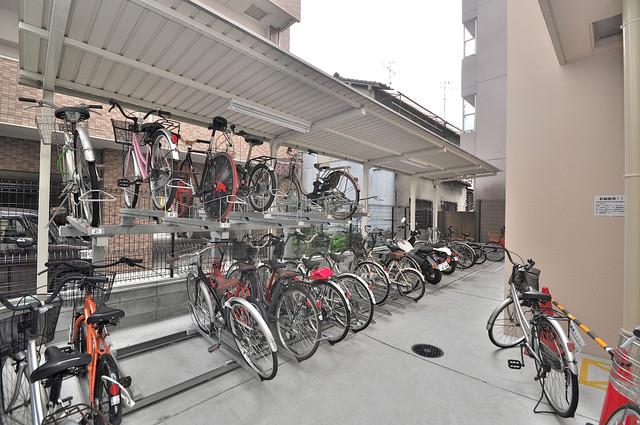 シャラロステ 屋根付きの駐輪場は大切な自転車を雨から守ってくれます。