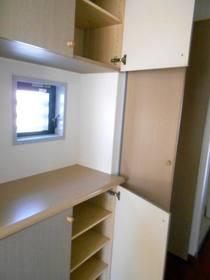 玄関の下駄箱と上部収納棚