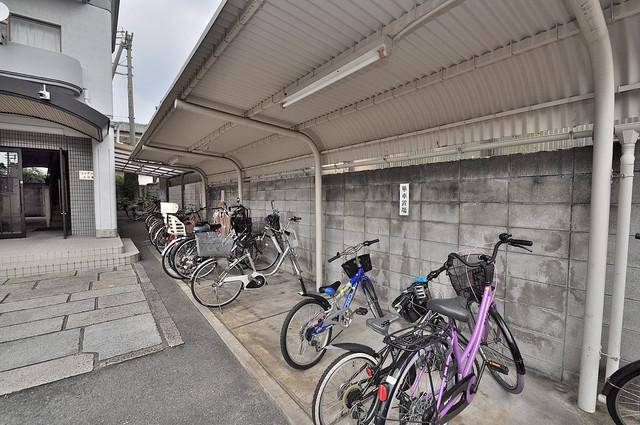 ファミール上小阪 屋根付きの駐輪場は大切な自転車を雨から守ってくれます。