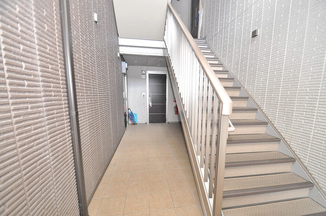 シャーメゾン友井 玄関まで伸びる廊下がきれいに片づけられています。