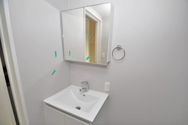アキラ大阪 独立した洗面所には洗濯機置場もあり、脱衣場も広めです。