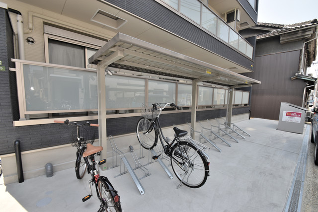 NEXT ONE 敷地内にある専用の駐輪場。雨の日にはうれしい屋根つきです。