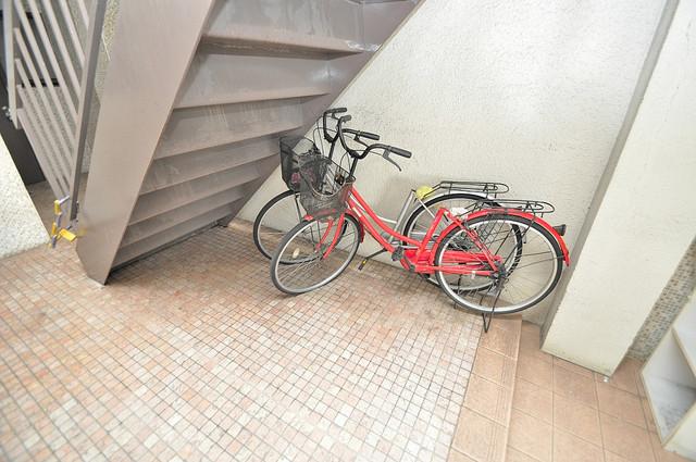 ノアーズアーク深江橋 階段したにはちょっとした駐輪スペースがあります。