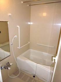 ゆったりした浴槽の浴室(追い焚き可)