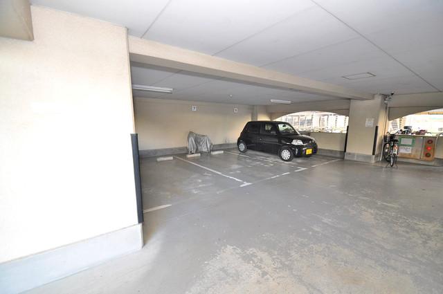 友井グレイス 屋根付き駐車場は大切な愛車を雨風から守ってくれます。