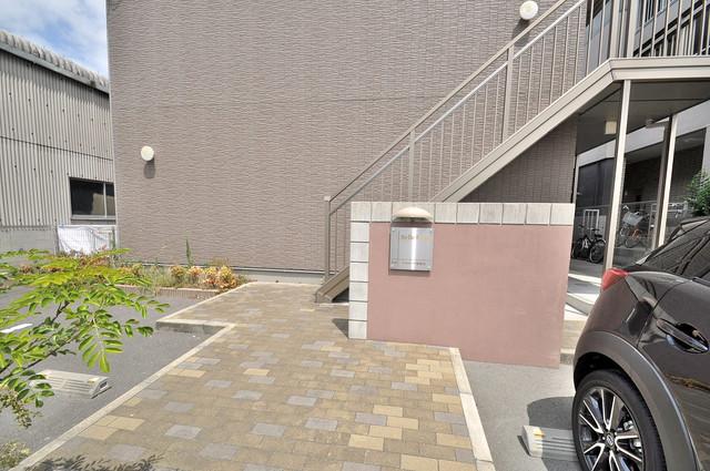 ベルリード加美北A棟 エントランス周辺はいつもキレイに片付けられています。