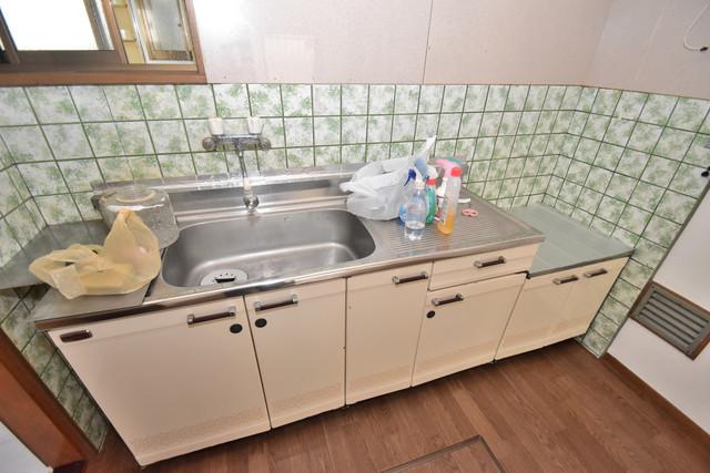 宝持3-2-16貸家 大きなキッチンはお料理の時間を楽しくしてくれます。