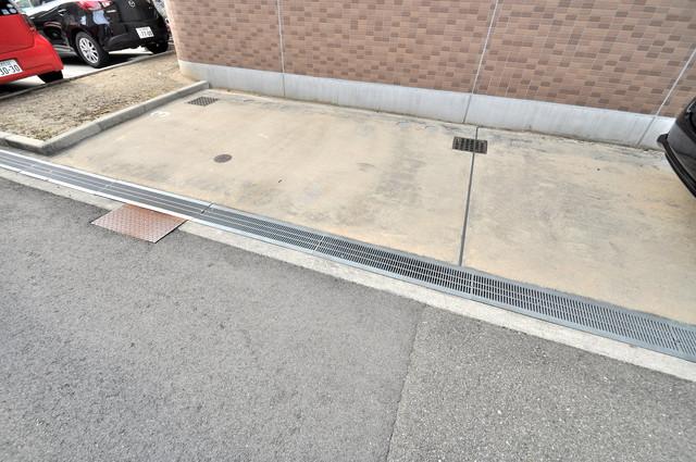 巽北ロイヤルマンション 敷地内には駐車場があり安心ですね。