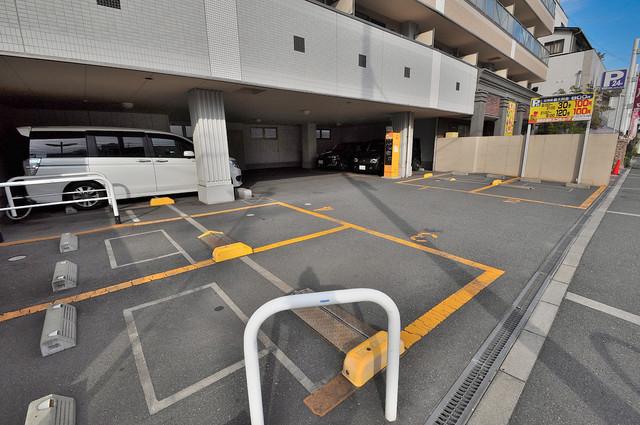 Ritz小阪 敷地内にある駐車場。愛車が目の届く所に置けると安心ですよね。