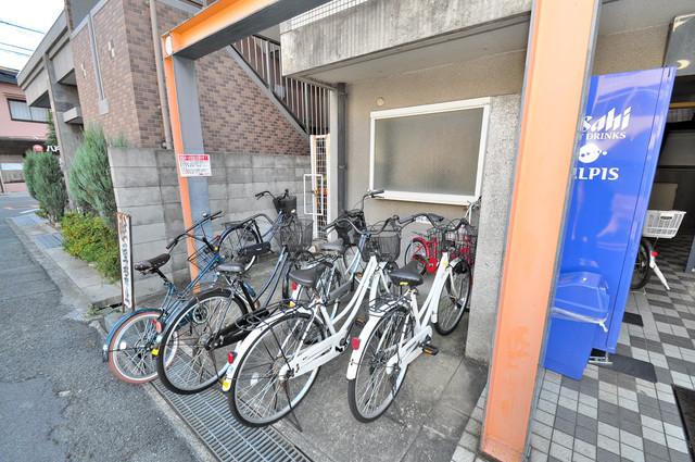コルナス八戸ノ里 駐輪場が敷地内にあります。愛車を安心して置いておけますね。駐輪場が敷地内にあります。愛車を安心して置いておけますね。
