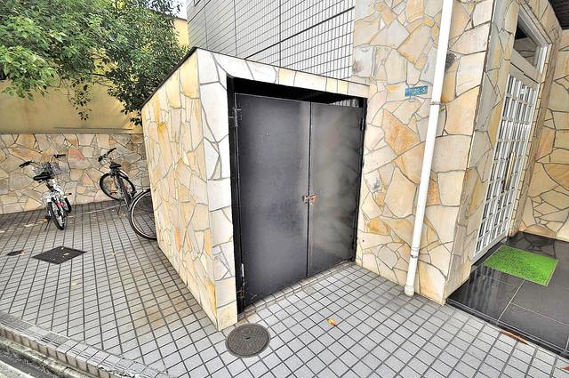 大宝 小阪CTスクエア 敷地内に有り、時間を気にせず出せるごみ置き場。