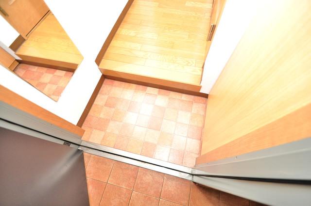 KHビル お部屋の入口には何も置かず、シンプルが一番ですね。