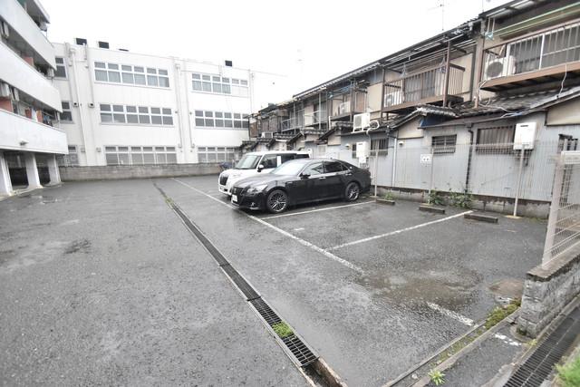 アライマンション 敷地内にある駐車場。愛車が目の届く所に置けると安心ですよね。