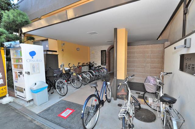 第一コーポ春日荘 屋内にある駐輪場は大切な自転車を雨から守ってくれます。