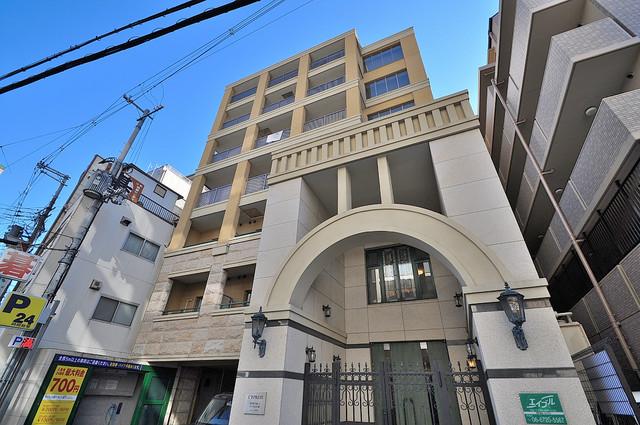 サイプレス小阪駅前 高級感溢れる洋風の造りがオシャレな外観です。