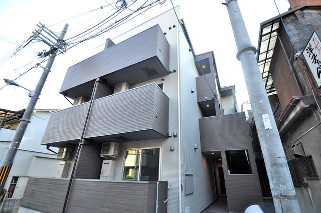 クラリスクオーレ 閑静な住宅街にある、3階建てのオシャレな建物です。