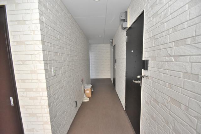 DOAHN長瀬 玄関まで伸びる廊下がきれいに片づけられています。