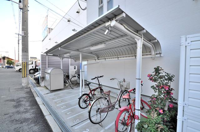 アビタシオン巽 敷地内にある専用の駐輪場。雨の日にはうれしい屋根つきです。
