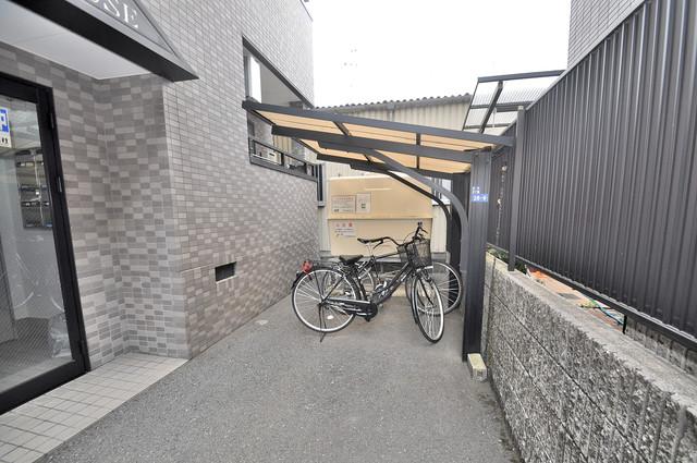 ランドハウス 屋根付きの駐輪場は大切な自転車を雨から守ってくれます。